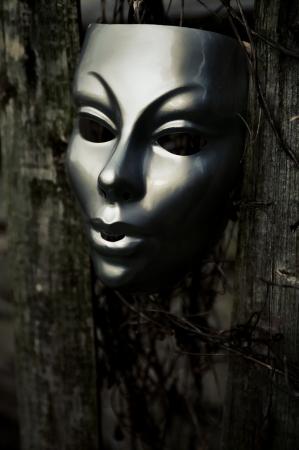 Trapped - Masker op Verweerde Hek