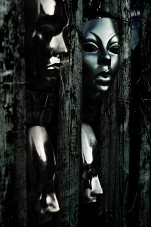 Trapped - Masken hinter verwitterten Zaun
