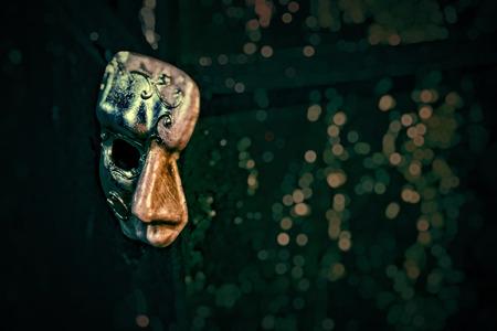 影 - マスク暗い壁にはオペラ座の怪人に潜んでいます。 写真素材