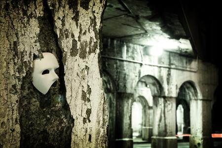 影 - 暗いトンネルでオペラのマスクの怪人に潜んでいます。
