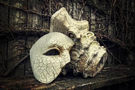 Vintage Venetiaans masker met Romeinse zuil Stockfoto