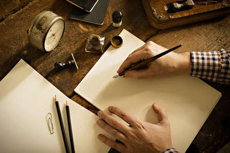 pluma de escribir antigua: Carta de la vendimia y el concepto de comunicaci�n. Foto de archivo