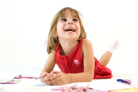 クレヨンの笑みを浮かべて赤いドレスを着た女の子を置く