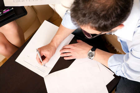 男は、契約に署名します。ちょうどここにサインします。