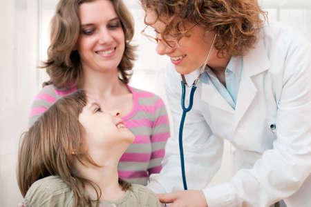 成熟した女性の医師試験幸せな子供
