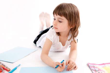 クレヨン、Llittle 女の子は、画像を描画します。