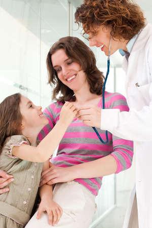成熟した医師笑顔幸せの子を調べることです。