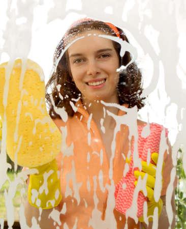 ウィンドウを洗浄している女性 写真素材