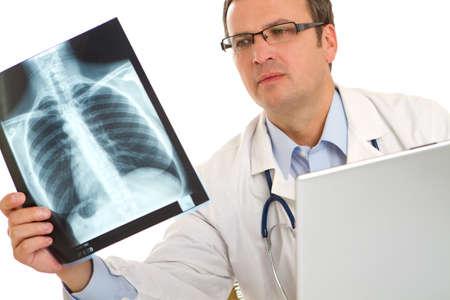 男性医師は肺を見てまたは胴体 x 線画像 写真素材