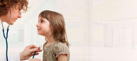 女医の小さな女の子を調べることです。テキスト用のスペース