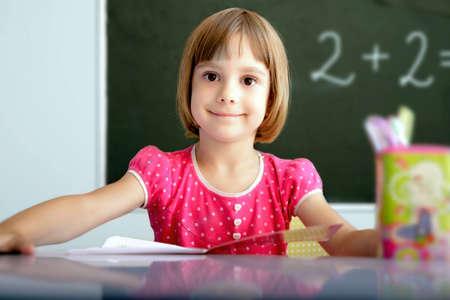 教室で若い生徒の肖像画