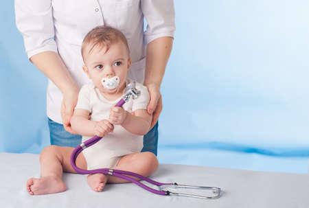 医師と赤ちゃんの患者
