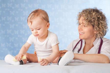 女性医師と赤ちゃんの患者