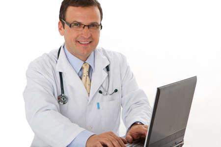 男性医師書き込み医療レポート - 職場のラップトップを使用します。 写真素材