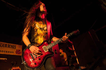 alberto: ISLAS CANARIAS, ESPA�A-AMI 5: El guitarrista Alberto Mar�n miembros de la banda de heavy metal Hamlet, de Madrid, lleve a cabo durante la Harley Davidson MCs celebraci�n en Mayo 5, 2012 en las Islas Canarias, Espa�a