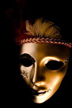 red glittery: Una maschera veneziana decorata con piume e stelle isolate contro uno sfondo nero