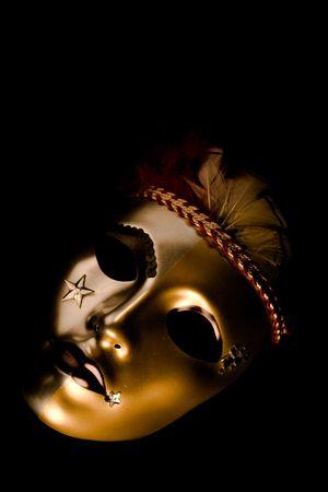 red glittery: Una maschera veneziana decorata con le piume e le stelle isolate contro uno sfondo nero  Archivio Fotografico