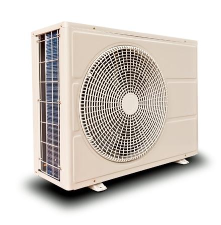 aire acondicionado: Compresor de aire de metal blanco inclinado derecho aislado sobre fondo blanco