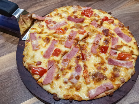 Italian traditional fast food pizza on wooden table Banque d'images