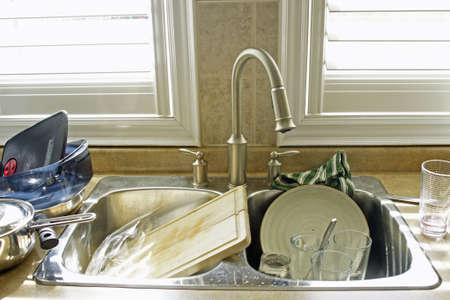 プレート: 台所の流しおよび汚れた皿 写真素材