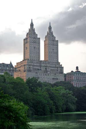 towering: por encima del hotel Central Park y el lago