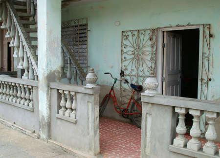 오래 된 쿠바 홈 벽에 오래 된 bicylce