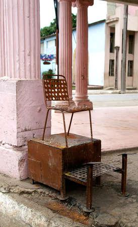 照らす: 古い靴磨きキューバの通りの側には駅