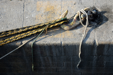 strain: Quay side mooring hook with ropes under strain Stock Photo