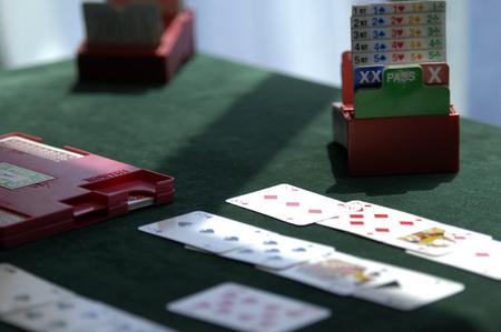 다리를 연주하기위한 카드와 테이블 세트 p 스톡 콘텐츠