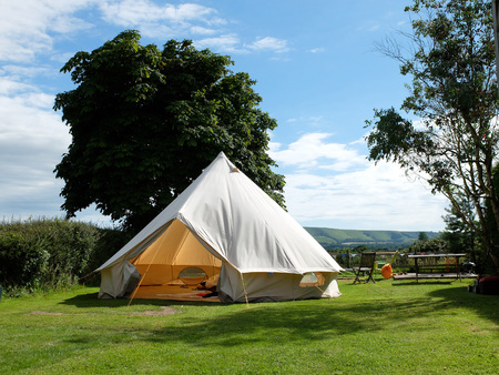 Traditional canvas bell tent in english countryside Foto de archivo