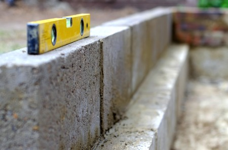 Wasserwaage auf einem teilweise Block Wand