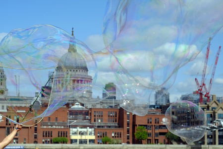 Huge bubbles n front of St Paul's cathedral, London Stock Photo - 85635404