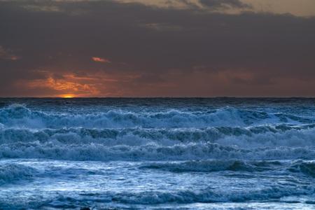 Mare agitato e onde al tramonto