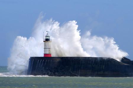 Duże fale rozbijające się o port Newhaven, East Sussex, Wielka Brytania