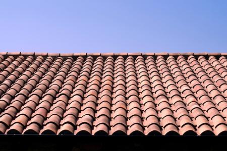 Traditionelles spanisches Terrakotta-Ziegeldach mit blauem Himmel