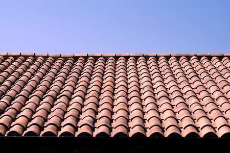 Tradycyjny hiszpański dach pokryty terakotą z niebieskim niebem