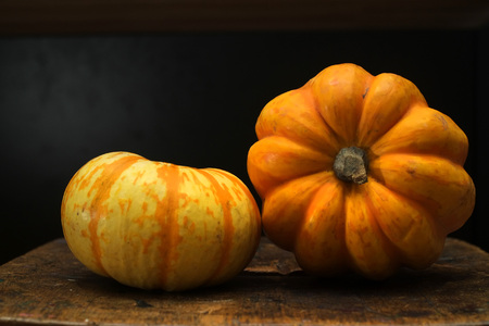 Small pumpkin or squash on a wooden board. Imagens