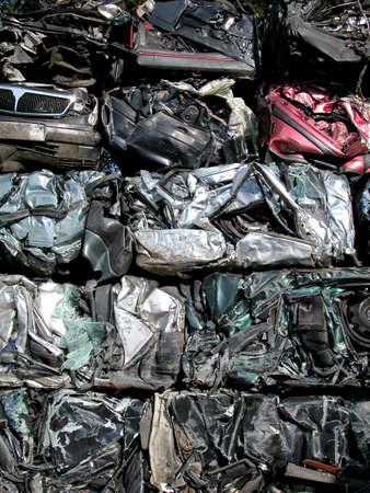 stockpiling: Piezas de coches antiguos en el cementerio de coches