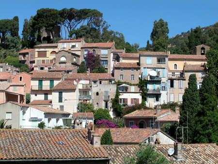 mimose: Vista panoramica di case e tetti di Bormes les Mimosas villaggio, Francia