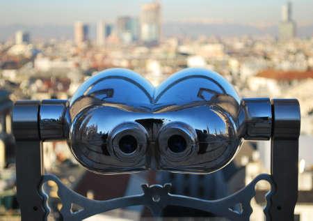 観察: 双眼鏡望遠鏡、ドゥオモ大聖堂、ロンバルディア州、イタリアの屋根から探しているミラノのパノラマ 写真素材