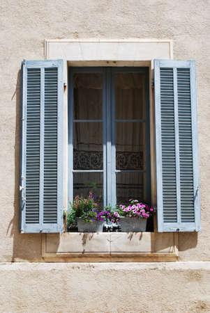 lourmarin: Window with flowers, Lourmarin village, Vaucluse, Provence, France  Stock Photo