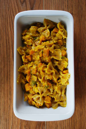 Whole wheat pasta with pumpkin, leeks, sage and turmeric