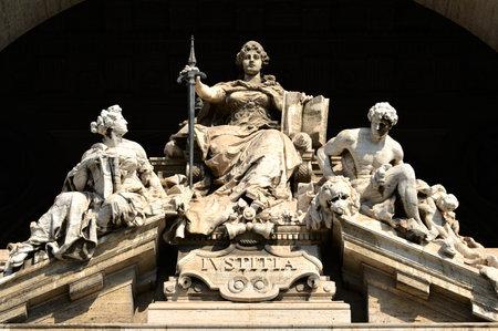 Justice Marble statue dans le Palais de Justice à Rome Éditoriale