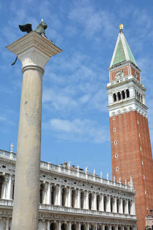 leon con alas: Campanario y la columna león alado en la plaza San Marcos Foto de archivo