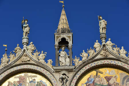 friezes: Statues, friezes and mosaics at the top of Saint Mark Basilica Stock Photo