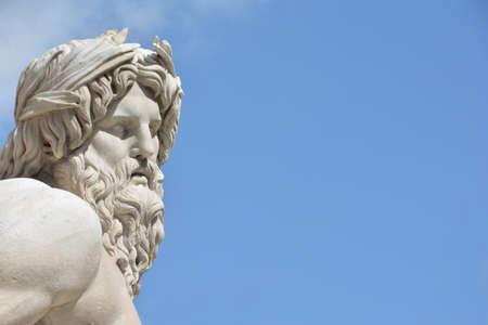 roma antigua: Cabeza de mármol de la estatua del río Ganges de la fuente barroca de Cuatro río enel centro de la Plaza Navona, Roma (siglo 17)