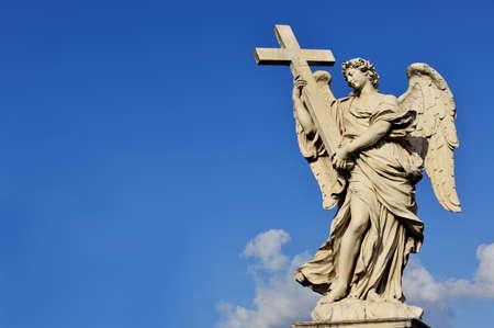 Marmeren standbeeld van engel die het heilige kruis uit de Sant'Angelo Bridge in het centrum van Rome (17de eeuw) Stockfoto