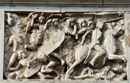 panneau de secours avec scène de bataille entre la cavalerie romaine et Dacian barbares, de la belle Arc de Constantin dans le centre de Rome