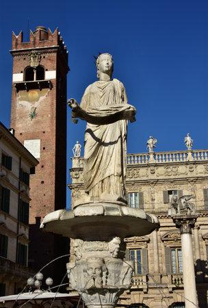 medievales: fuente de Madonna Verona, el s�mbolo de la ciudad, con Gardello Torre, el Palazzo Maffei y Le�n de San Marcos en el fondo, en la Piazza delle Erbe Editorial