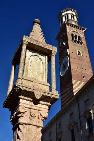 adn: Typica santuario de Verona con San Zeno, obispo patr�n del ADN de la ciudad, con Lamberti torre en el fondo de la Piazza delle Erbe, en el centro de Verona